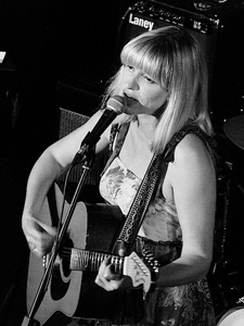 Hannah Clive singer/songwriter ©Ella Cronin/Music Is My Life Photography